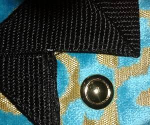 Turquoise et fleurs noires sur carrrés d'or- une face turquoise